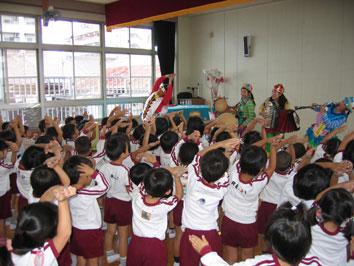 ちんどん屋の幼稚園・各種学校などでの公演画像2