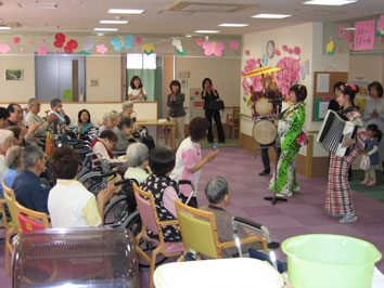 ちんどん屋の敬老会・お年寄り介護施設での公演画像2