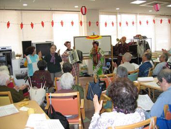 ちんどん屋の敬老会・お年寄り介護施設での公演画像4